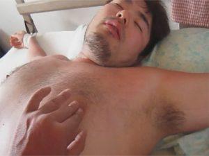 【無修正ゲイ動画】ドMのクマ系男子をベッドに大の字で拘束しモロ感の乳首やケツ穴やコックリングを装着したチンポを弄ぶ!