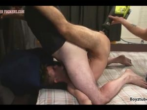 【無修正ゲイ動画】ディルド装備の電動ドリルでケツ穴が擦り切れる程に犯されながら口でご奉仕させられる白人!
