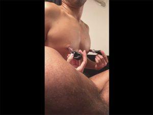 【ゲイ動画】ニップルポンプで乳首を吸引!開発され肥大したモロ感の乳頭を優しく撫でてチクニーする素人!
