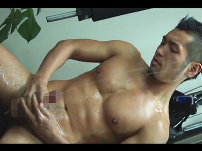 【ゲイ動画】真崎航のスゴい射精!貫通式オナホールで自慢のマラをシゴいて重力に逆らい顔まで精子を飛ばす!