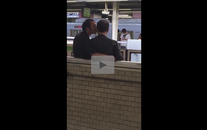 【ゲイ動画】駅のホームで中年ホモカップルを盗撮!自分たちだけの世界に浸っていて人目も気にせずキスを交わす!