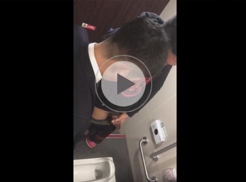 【無修正ゲイ動画】公衆便所で同性愛者がオナニーの見せ合いをしていた現場を頭上から盗撮!