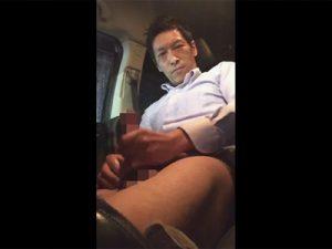 【無修正ゲイ動画】キメ顔でダンディなイケメンサラリーマンが車の中でオナニーと洒落込み竿や先っぽをイヤらしく刺激!