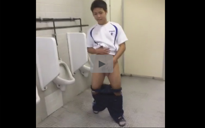 【無修正ゲイ動画】体育会系の素人DKが学校のトイレでションベンを出しながらヨタヨタと迫ってくるおバカ映像www