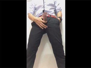 【無修正ゲイ動画】制服姿でファスナーを下ろした男がオナニーをし始めることになるww