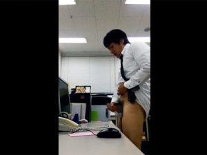 【無修正ゲイ動画】すっごい変態なサラリーマン…事務所でオナニーして精巣に溜まった雄汁をたっぷり机にぶっかけ!