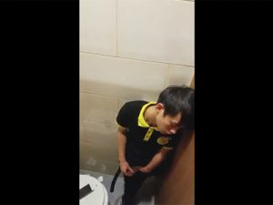 【無修正ゲイ動画】個室でティッシュも完備!公衆便所でカリ首をこね回してオナニーしていた少年を盗撮!