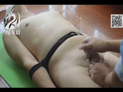 【無修正ゲイ動画】直立不動に腕と身体を縛り寸止め手コキ!射精後に始まる激しい亀頭責めにたまらず大量に潮吹き!
