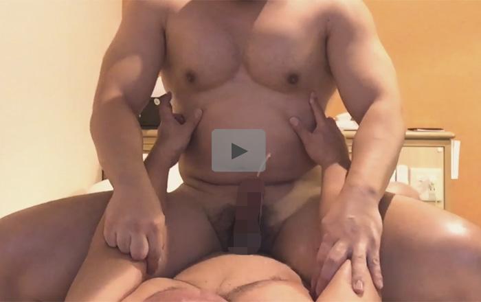 【無修正ゲイ動画】前立腺がモロ感のレスラー体型のウケが騎乗位セックスで2連続ところてん絶頂!