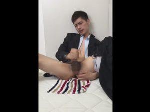 【無修正ゲイ動画】チンポはドス黒でも顔は爽やかなイケメンサラリーマンがスーツを乱して手淫しカムショット!