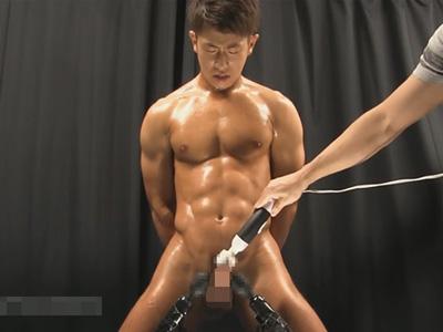 【ゲイ動画】雄臭さ満点のマッチョイケメンが固定状態の電マでオナニーしダラダラ…ドピュっと射精する!