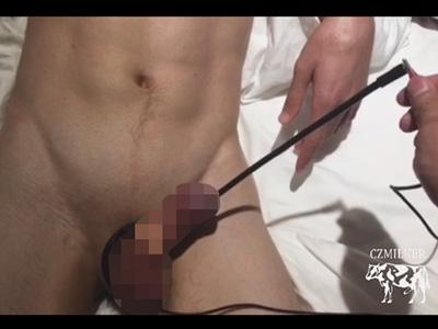 【無修正ゲイ動画】30センチほどのチューブで禁断の尿道責め!ドSにはたまらない阿鼻叫喚な喘ぎ声が生々しすぎる…!