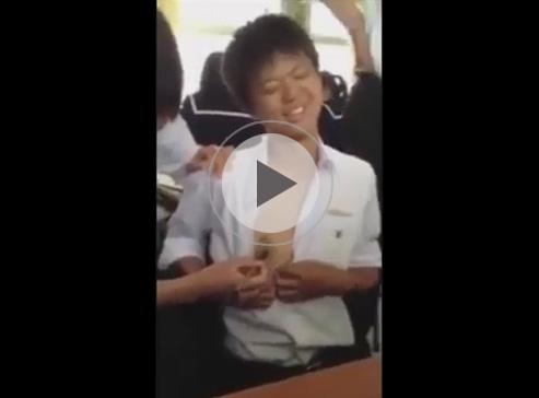 【ゲイ動画】とある中学校の休み時間にノンケの中学生が乳首を筆で刺激されてくすぐったさと気持ち良さを感じる瞬間!