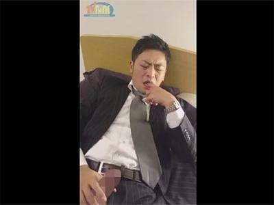 【無修正ゲイ動画】イケメンサラリーマンがスーツ姿で指しゃぶりをしながらオナって水道管が破裂したような射精を見せる!