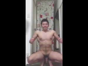 【無修正ゲイ動画】なかやまきんに君似のマッチョがそんきょ姿勢で筋肉アピールしてから手淫し床にザー汁をぶちまける!