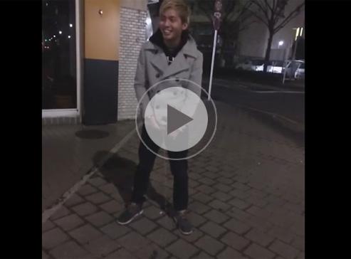 【無修正ゲイ動画】20歳前後のノンケが堂々と野ション!その様子をスマホで撮影していたグッジョブな友達!