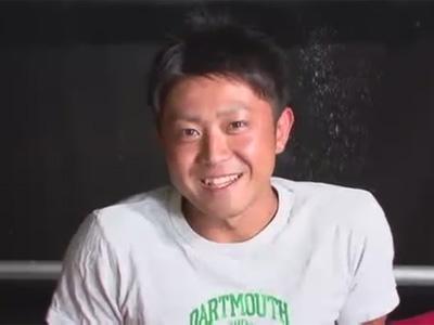 【ゲイ動画】笑顔が可愛いノンケの細マッチョイケメンが仰向けでゴーグルマンに一方的にチンポとアナルを弄ばれて絶頂!
