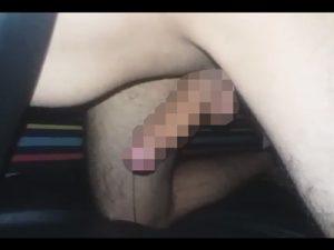 【無修正ゲイ動画】四つん這い状態でチンコを出していた男がチンコに力を入れ続けるだけで絶頂して射精をする!