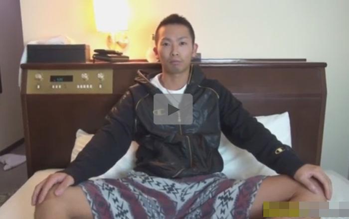 【無修正ゲイ動画】20歳の少し厳つい雰囲気がある素人の男がオナニーをしている姿を見せてくれる!