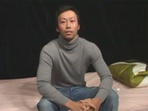 【ゲイ動画】タイガーウッズに似た顔の男が鍛え上げたムキムキの体を披露してからチンコをいじられ続ける!