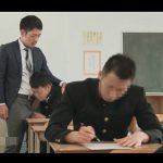 【ゲイ動画】男性教師がゲイカップルの生徒とトイレの中でキスをしたりテスト中にアナルセックスを楽しんじゃう!