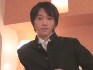 【無修正ゲイ動画】学ランを着ている若い男がアナルスティックを使いながらオナニーを楽しみまくる!