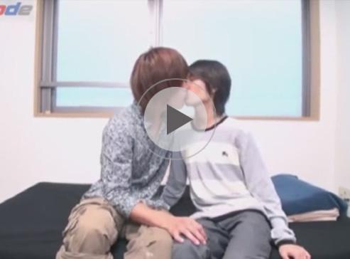 【無修正ゲイ動画】遊んでいそうな雰囲気の茶髪の男が真面目そうな細身の男と体をいじりあっちゃう!