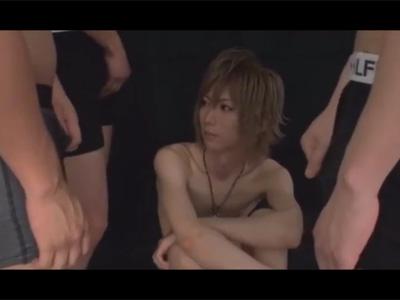 【ゲイ動画】四方をチンポに囲まれる咲耶クン!1本ずつ丁寧にフェラチオし可愛い顔にぶっかけられる!