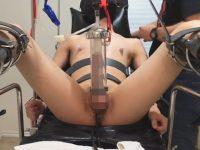 【無修正ゲイ動画】まるで家畜同然の扱い!拘束台に乗せられチンポを搾乳機で搾り取られるマゾヒスト!