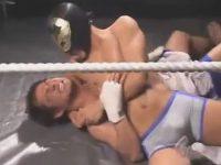 【無修正ゲイ動画】リングの上でレスリングの試合をイケメンと覆面男が熱く行ってからイケメンがハードに犯されてしまう!