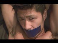 【ゲイ動画】拘束されたワイルド系が2人の男に犯されてアナルセックスまでさせられてしまう!
