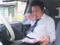 【ゲイ動画】車で休憩中のサラリーマンがテレフォンセックスを楽しんでチンコをしごいて絶頂する!