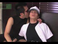 【ゲイ動画】素朴な雰囲気の野球ユニフォーム姿の男がゴーグルマンにエッチなことを叩き込まれる!