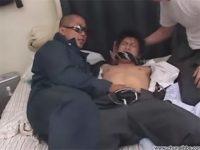 【ゲイ動画】学生が2人のゴーグルマンに拉致されてしまいレイプでアナルセックスをされ続けてしまう!