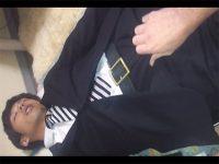 【ゲイ動画】スーツを着用している状態で眠っている男がチンコをズボンの上から握られ続けてしまう!