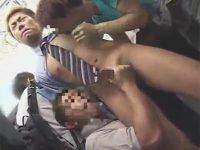 【ゲイ動画】電車を利用中のサラリーマンの周りには痴漢ばかりがいたためチンコを犯されまくる!