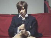 【ゲイ動画】ブレザー制服を着ているチャラ男が自宅でチンコをしごいている姿を見せてくれちゃう!