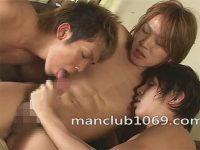 【ゲイ動画】茶髪のイケメンが2人のイケメンに同時に攻められ続けてアナルセックスを楽しんでしまう!