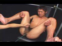 【ゲイ動画】スジ筋の男がゴーグルマンにローターを使われながら絶頂をさせられてしまう!