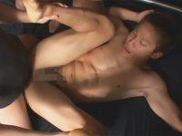 【ゲイ動画】ワキ毛薄めの細マッチョのイケメンが正常位で犯されて外出しザーメンを胸やお腹に浴びる!