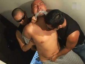 【ゲイ動画】清原似の兄貴がオナニー中に寝落ち!そこで見た夢は2人のゴーグルマンから陵辱レイプされる夢だった!